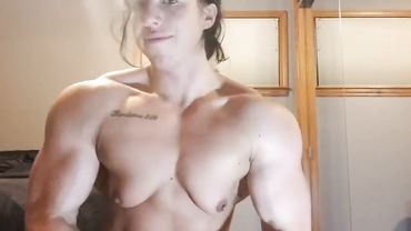 Muscle girl with shaved pussy and small tits shows her fit body