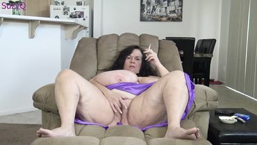 Fat amateur granny is spreading her legs and masturbates in her cam show