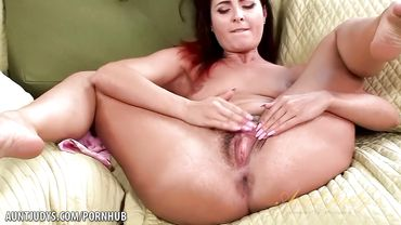 MILF does some solo pussy play and enjoys every single minute of it